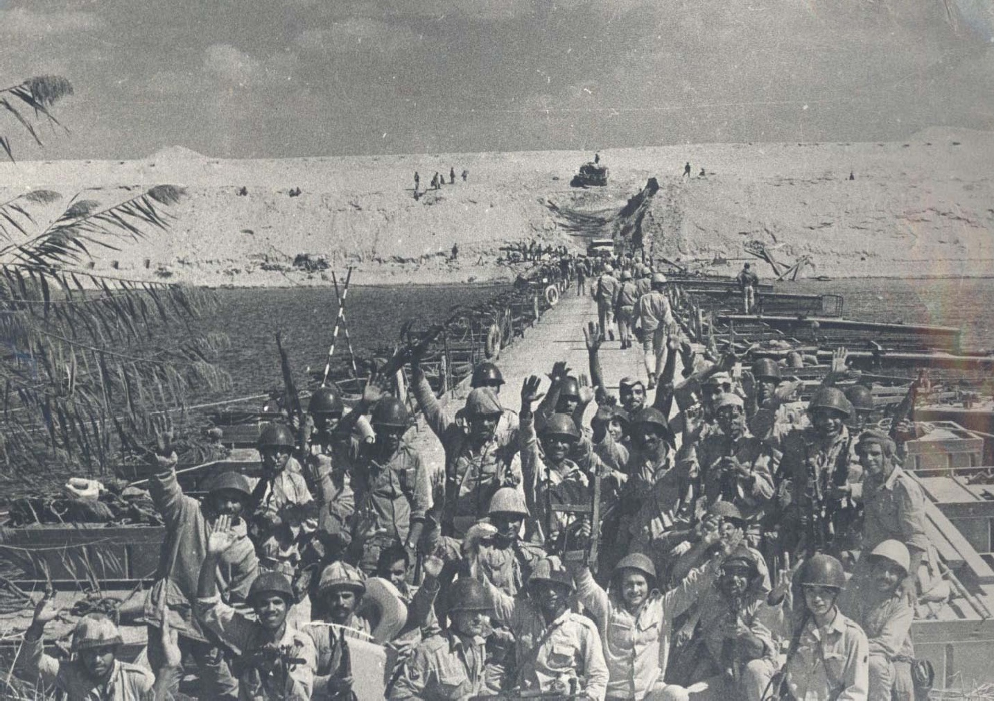 Egyptian soldiers celebrate crossing the Suez canal, Ramadan War (1973/74)